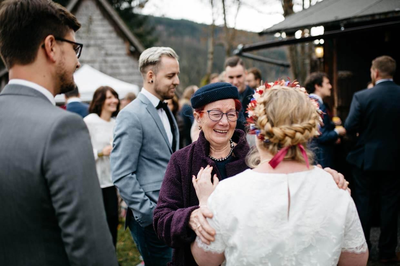 Oma gratuliert der Braut