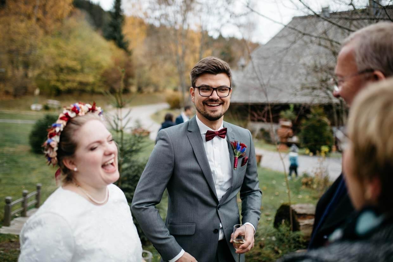 Brautpaar freut sich mit den Hochzeitsgästen