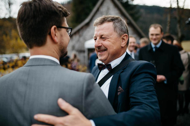 Bräutigamsvater gratuliert dem Bräutigam
