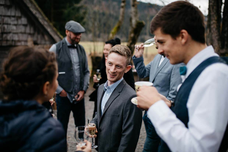 Hochzeitsgäste unterhalten sich beim Sektempfang