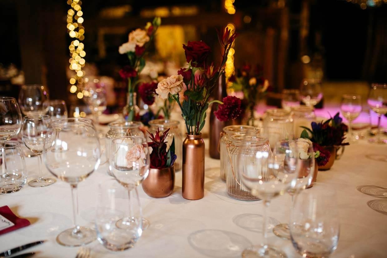Detailaufnahme dekorierter Tisch