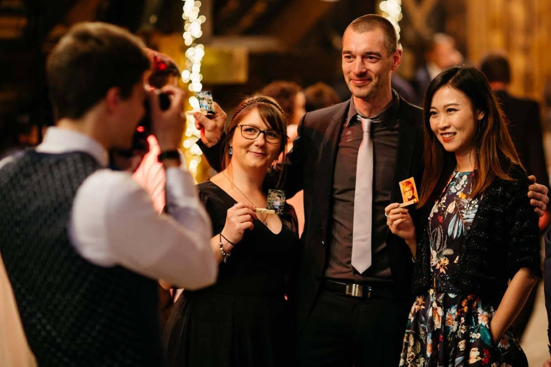 Hochzeitsgast fotografiert andere Gäste
