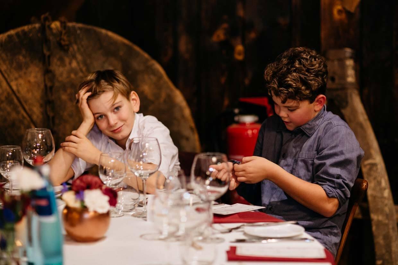 Kinder sitzen am Tisch
