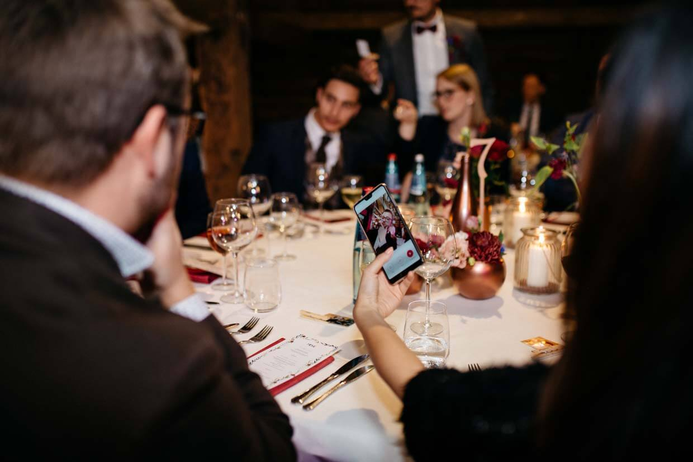 Hochzeitsgäste fotografieren sich mit dem Handy