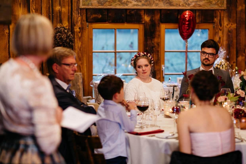 Brautpaar hört der Rede der Brautmutter zu