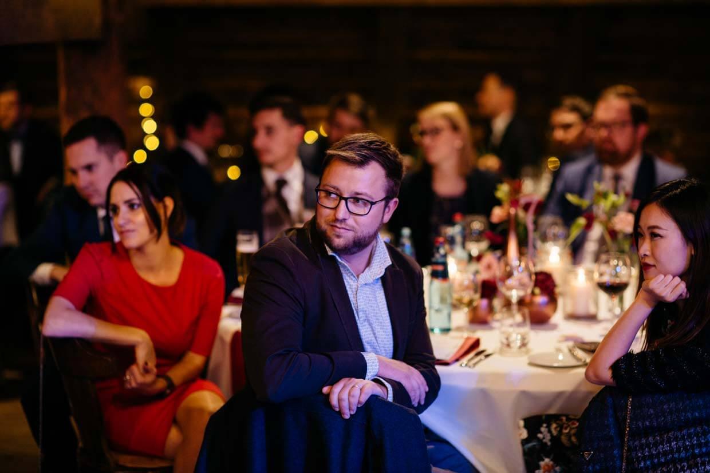 Hochzeitsgäste hören einer Rede zu