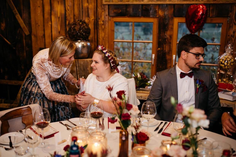 Brautmutter freut sich mit der Braut