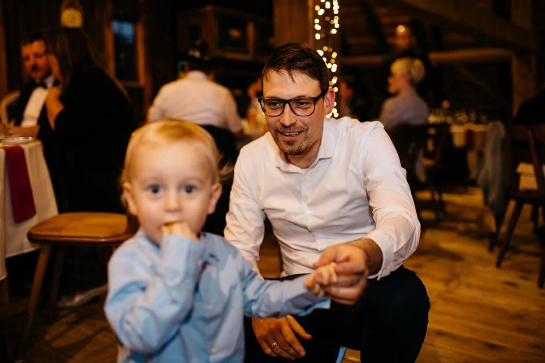 Hochzeitsgast mit Kind