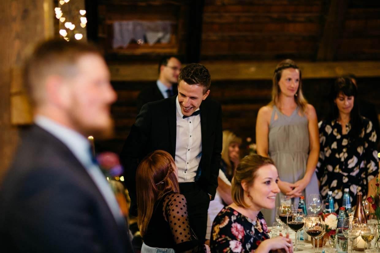 Hochzeitsgäste beim Hochzeitsspiel