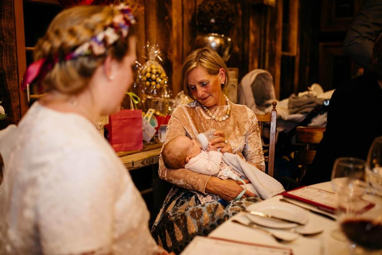 Brautmutter füttert das Kind der Braut