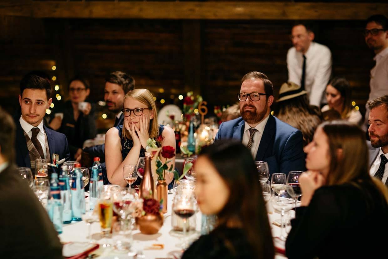 Hochzeitsgäste hören gespannt der Rede zu