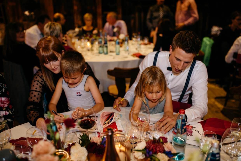 Hochzeitsgäste malen mit ihren Kindern