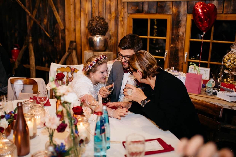 Brautpaar freut sich mit einem Hochzeitsgast