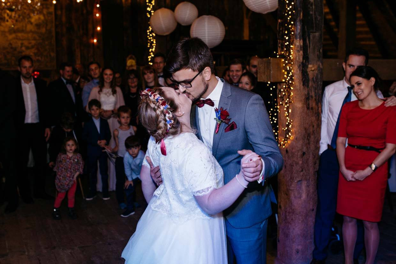 Brautpaar küsst sich beim Eröffnungstanz