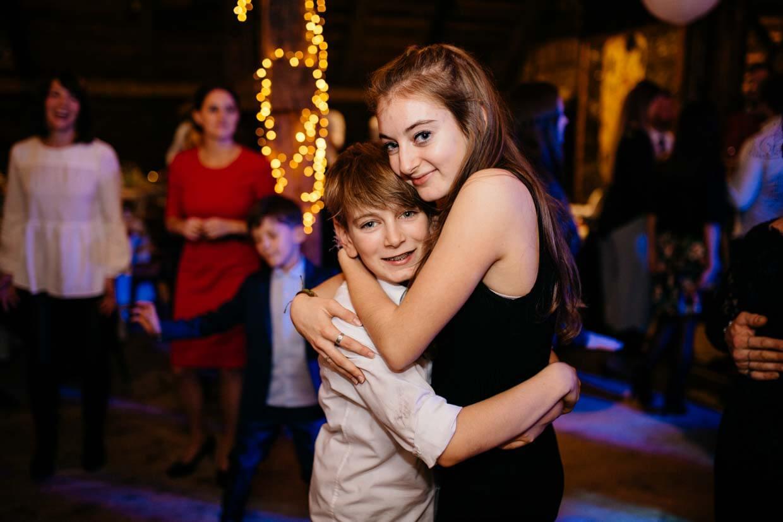 Jugendliche umarmen sich und tanzen