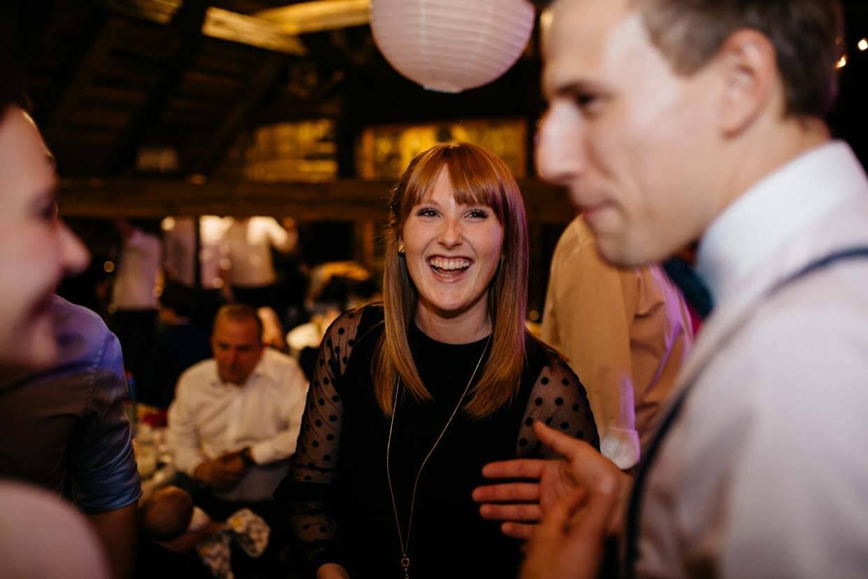 Hochzeitsgäste unterhalten sich und lachen