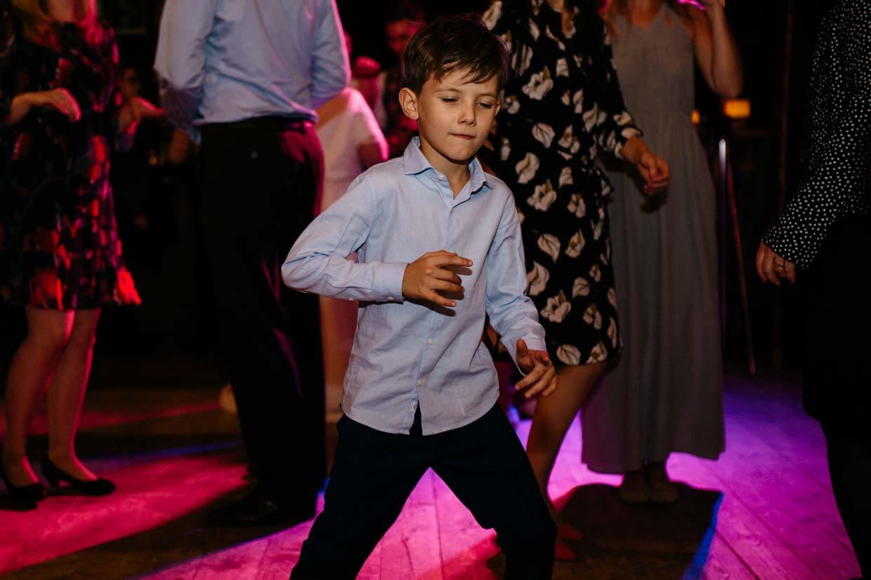 Kind auf der Tanzfläche