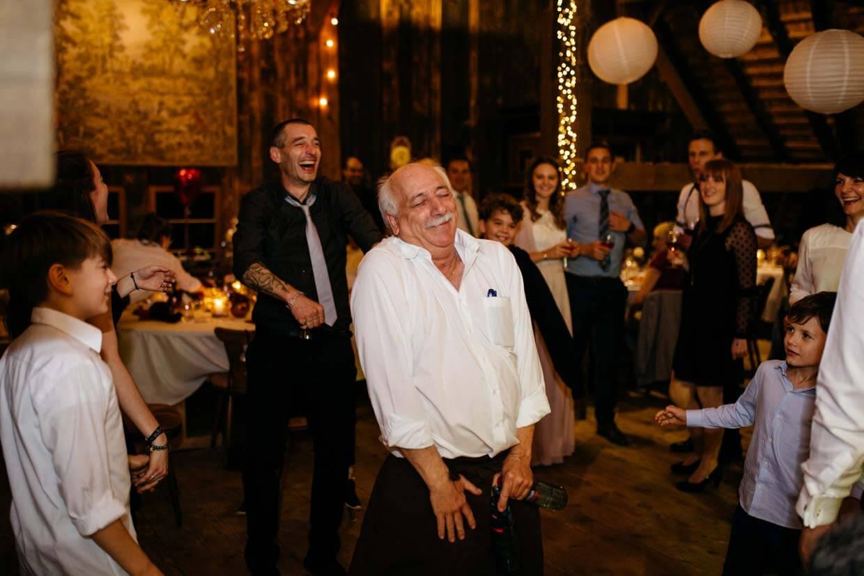 Kellner tanzt auf der Tanzfläche