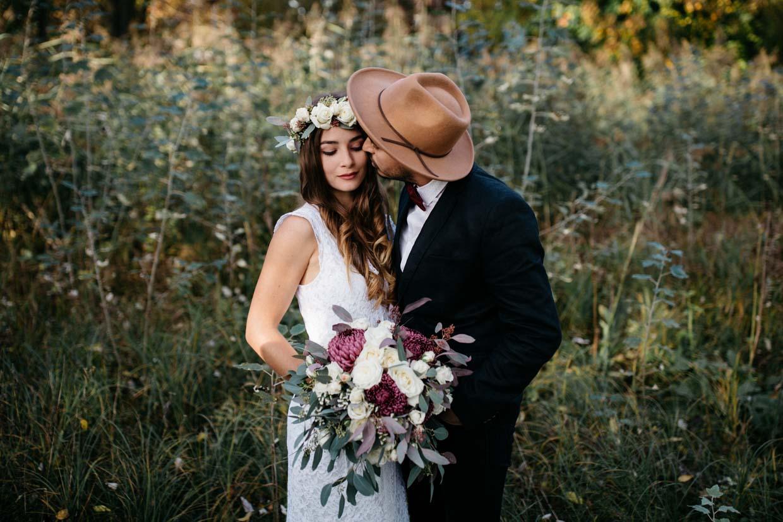 Bräutigam küsst Braut auf die Wange
