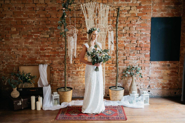 Einzelportrait Braut indoor vor Vintagedekoration